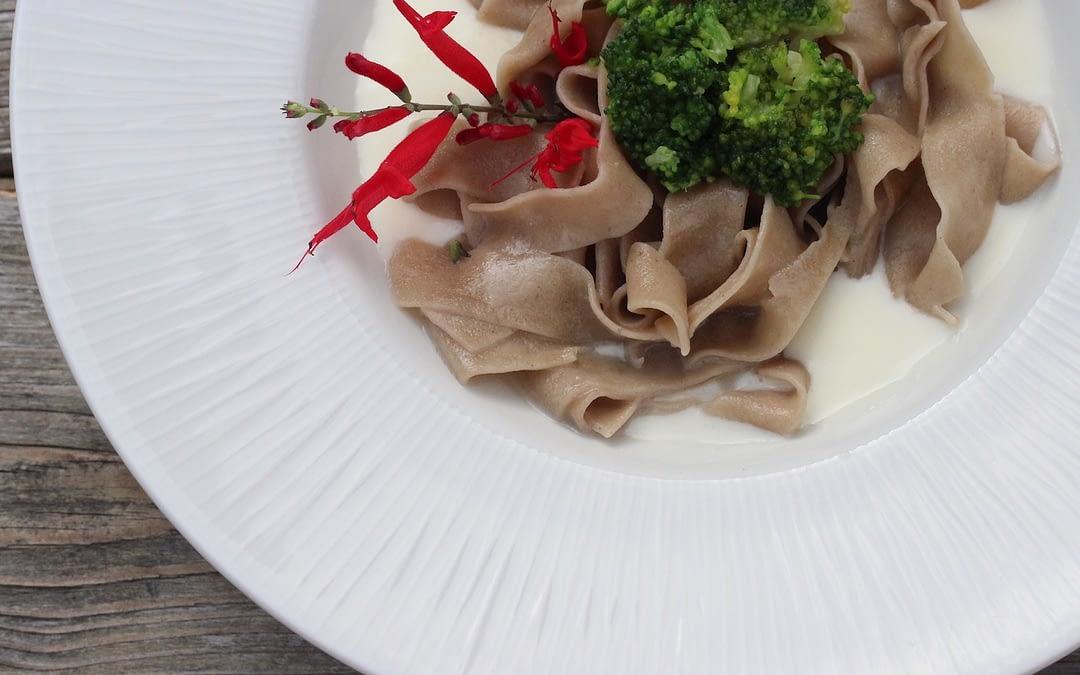 Tagliatelle di castagne su fonduta al taleggio e broccoletti